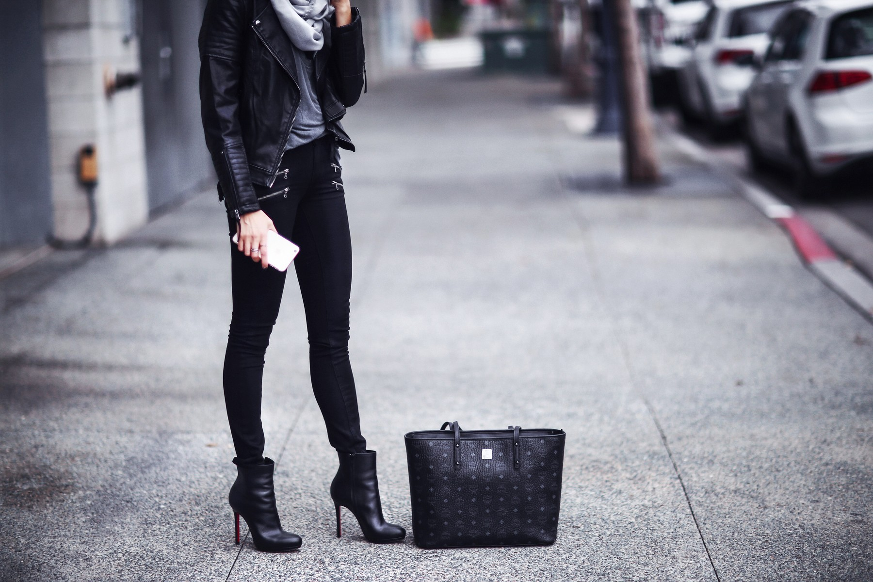black leather jacket, skinny jeans, black booties, chic tote bag
