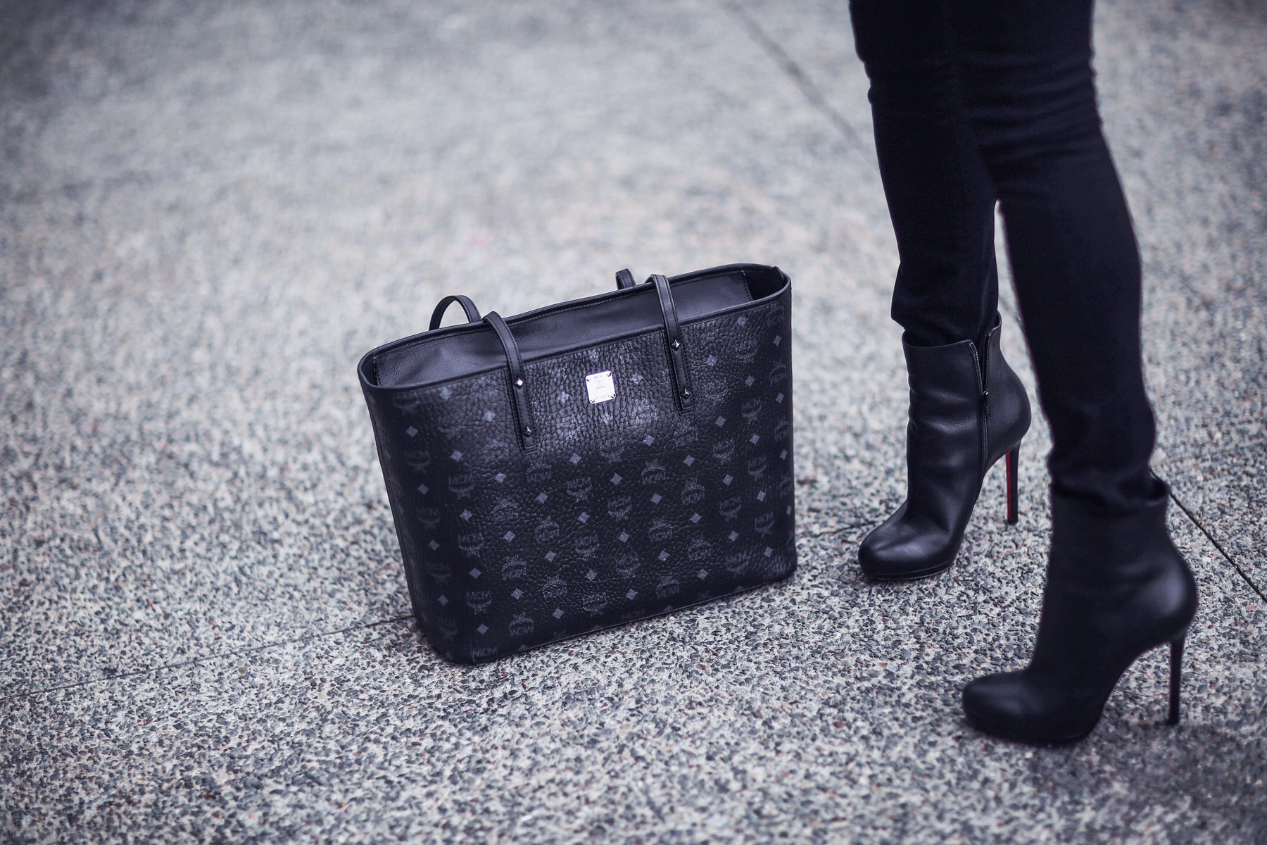 chic black tote bag, black booties, black skinny jeans