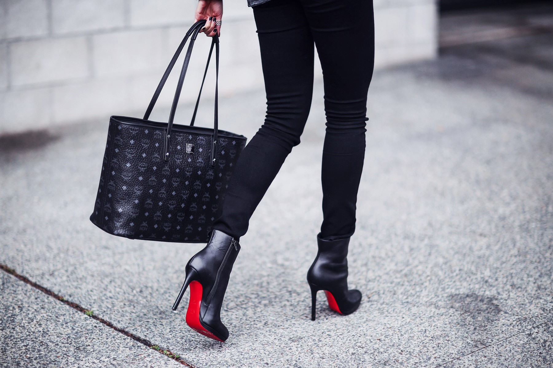 chic tote bag, black skinny jeans, black leather booties